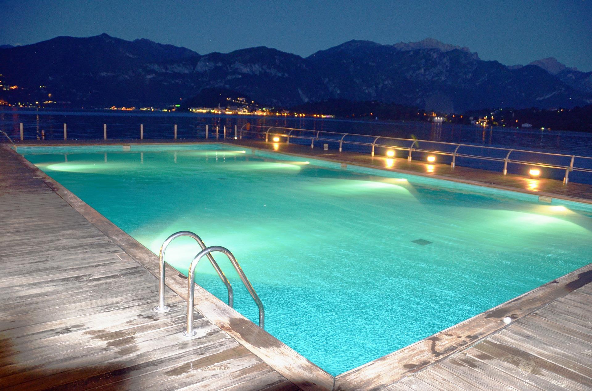 swimming-pool-55736_1920